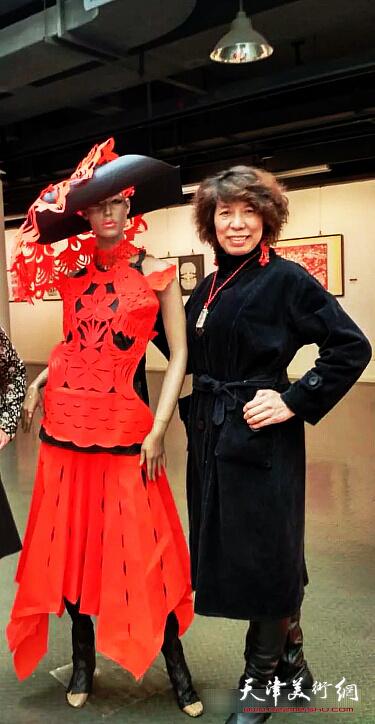 吕爱茹在天津美术学院全国非物质文化遗产研修研习剪纸班毕业展上。