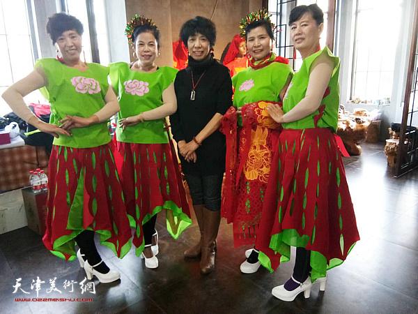 吕爱茹与模特在西青电视台举办的首届春节联欢晚会上。