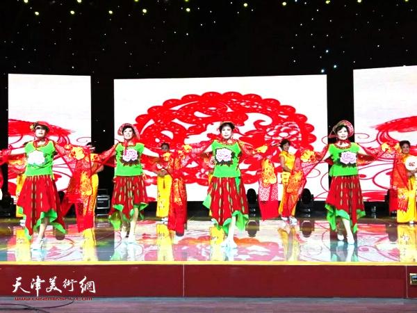 西青电视台首届春节联欢晚会剪纸服饰模特表演《踏春赏青》。