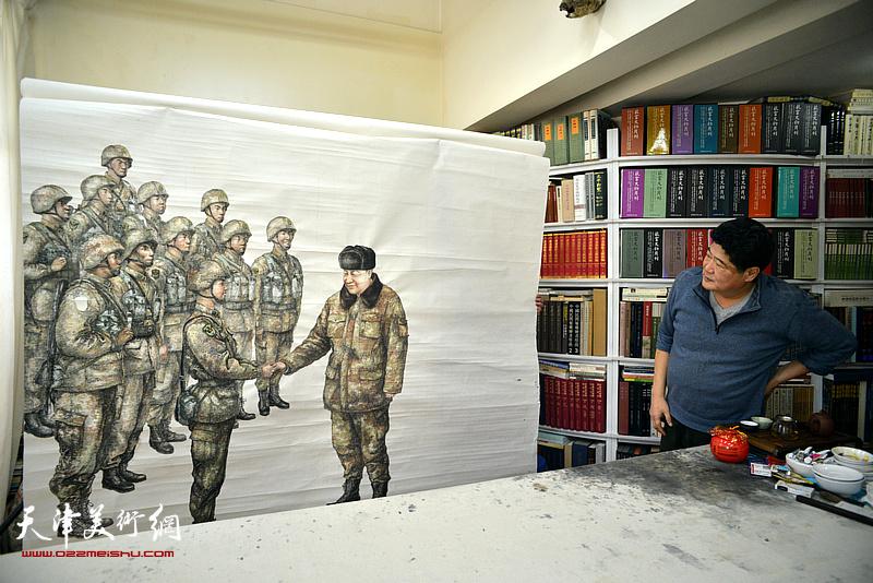著名画家王悲秋在画室与巨幅画作《主席与战士》