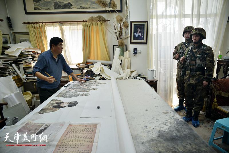 王悲秋在画室创作巨幅画作《主席与战士》