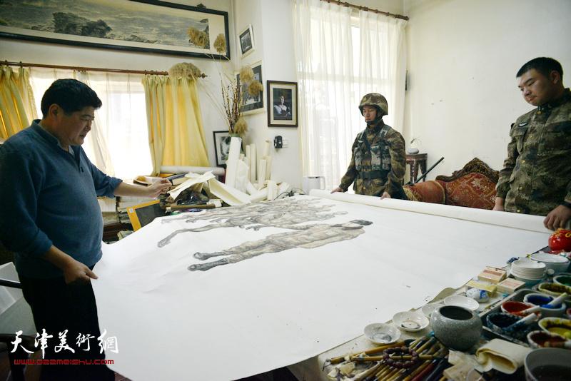 王悲秋在画室创作巨幅画作《主席与战士》。