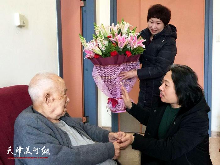 天津画院院长贾广健为德高望重的老寿星孙其峰送上最真挚的新春祝福。