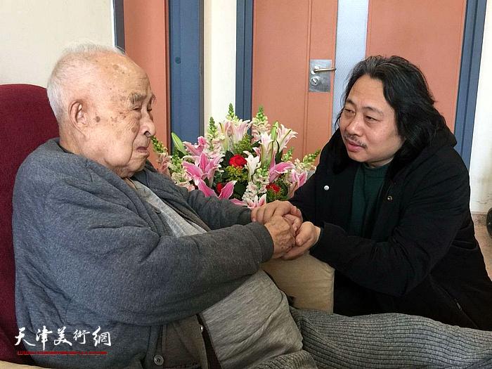 天津画院院长贾广健探望恩师孙其峰。