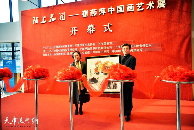 上海图书馆馆长何毅接受向日葵作品收藏。