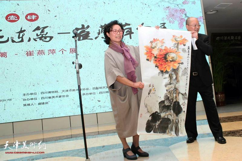 四川博物院院长盛建武接受向日葵作品收藏。