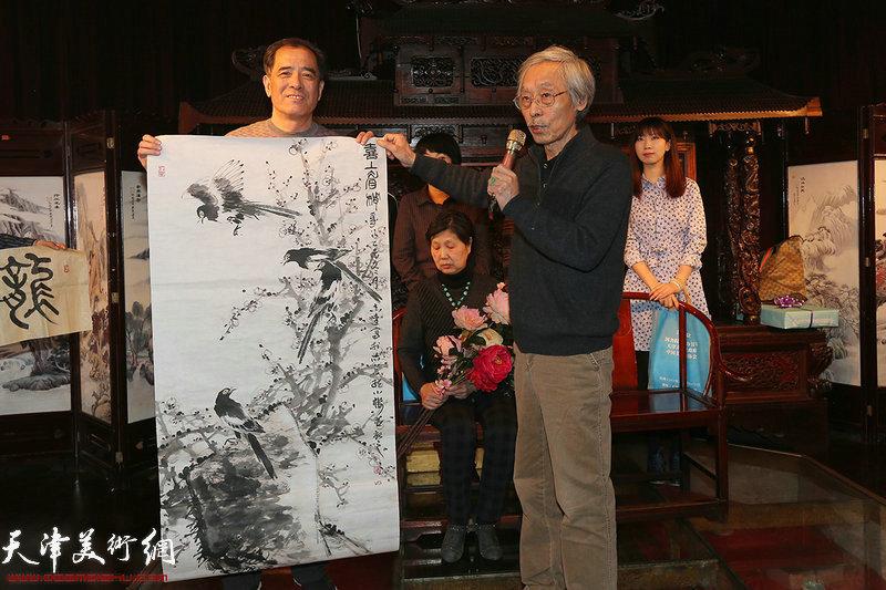 张志连赠送国画作品以示致贺。
