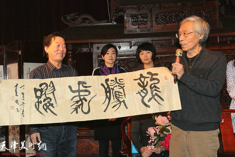 杨建国赠送书法作品以示致贺。