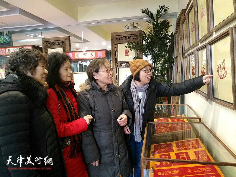 李永琴、田同芬、博华、李小理欣赏老窗花