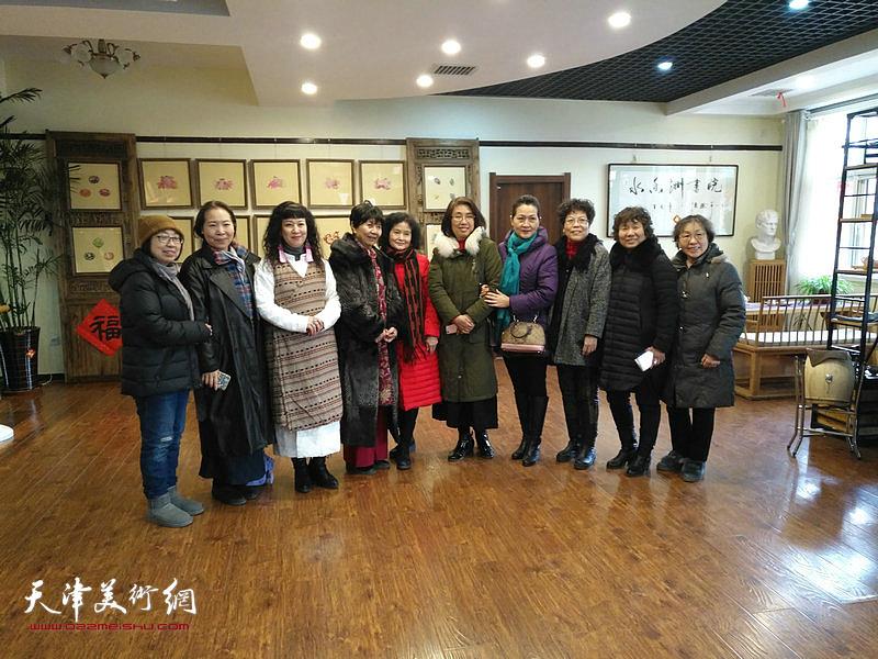 天津美院女同学会参展女画家在画展现场。