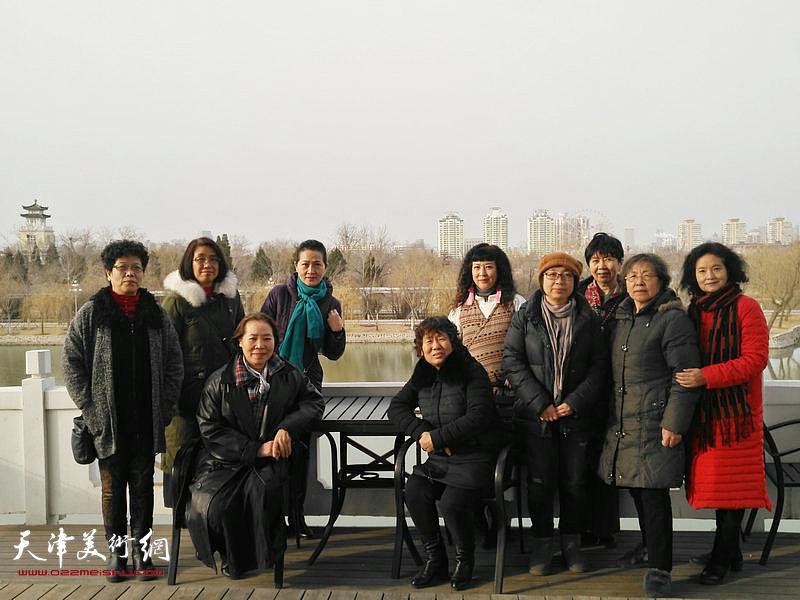 天津美院女同学会参展画家在湖上留影