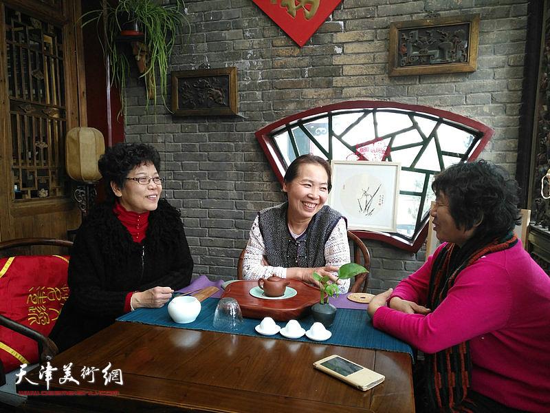 李娜、韩丽英、李永琴谈笑风生。