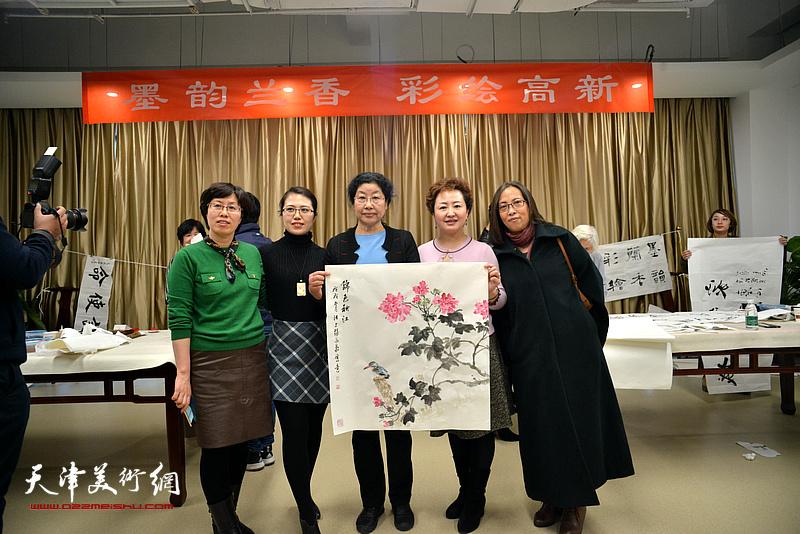 庆祝三八妇女节 女书画家走进天津高新区送文化