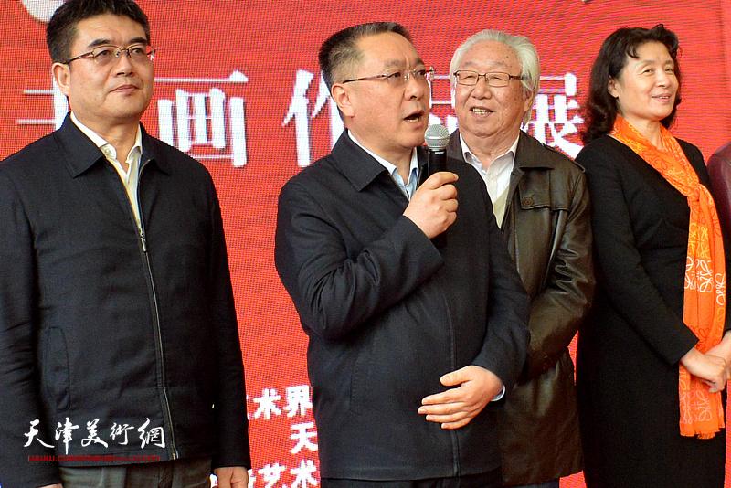 天津市委宣传部常务副部长刘春雷宣布画展开幕。