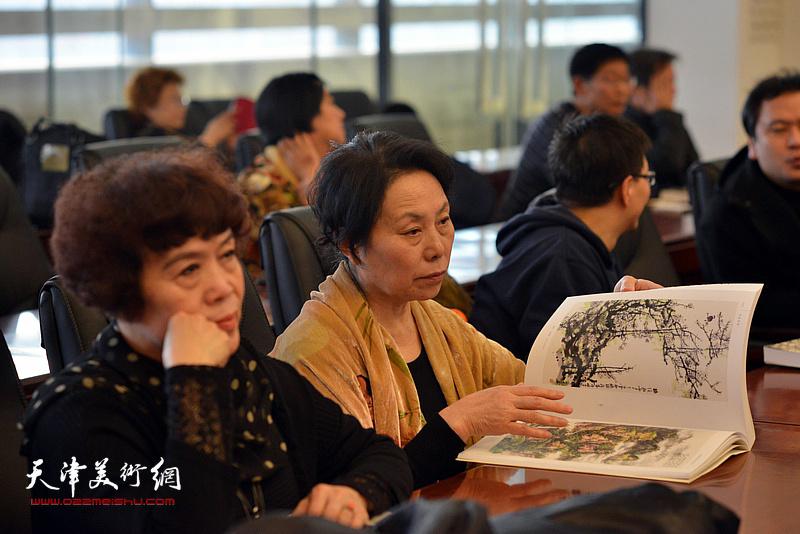 崔燕萍在孙其峰先生书画艺术学术研讨会现场。