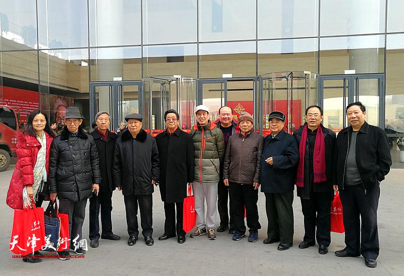 焦俊华、纪振民、孙芳、曲学真、曹志军、刘耕涛、卞昭宏、杨利民、王昕等在画展现场。