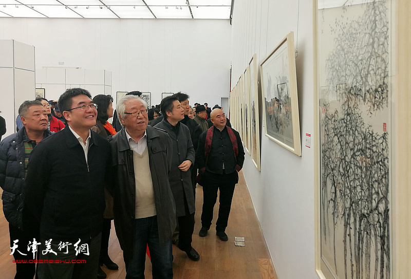 陈浙闽、孙克、尹沧海等观看展出的作品。