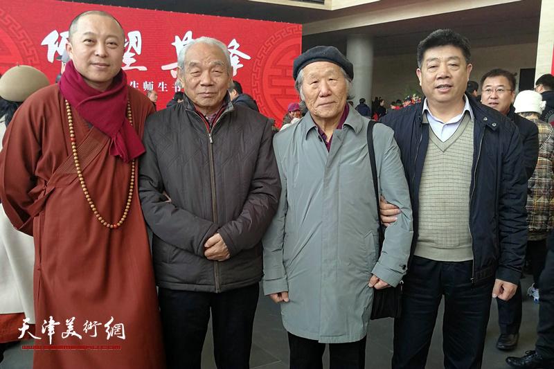 纪振民、姬俊尧、智如法师、张养峰在画展现场。