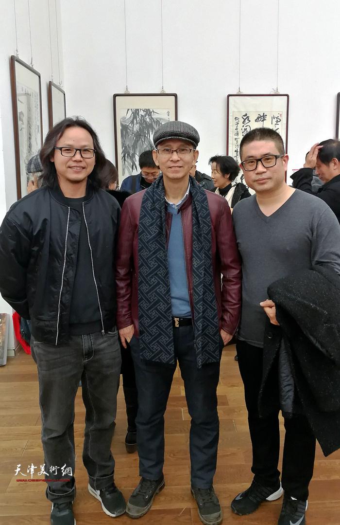 何家英、姜立志、何俊在画展现场。