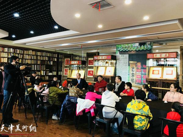 著名版画家吴燃先生在水香洲书院与孩子们一起分享了窗花艺术。