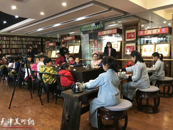 老茶坊国学课堂的小茶人为艺术家封茶。