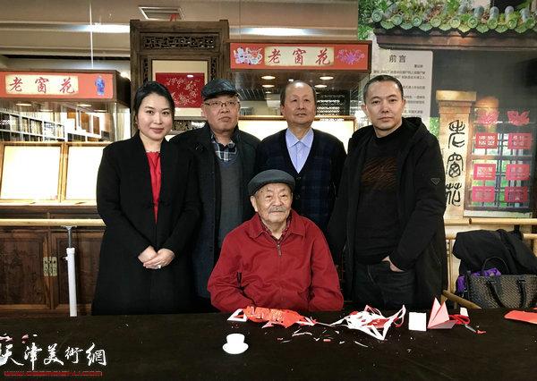 吴燃、陈汝明、董达峰、翟智慧在水香洲书院。