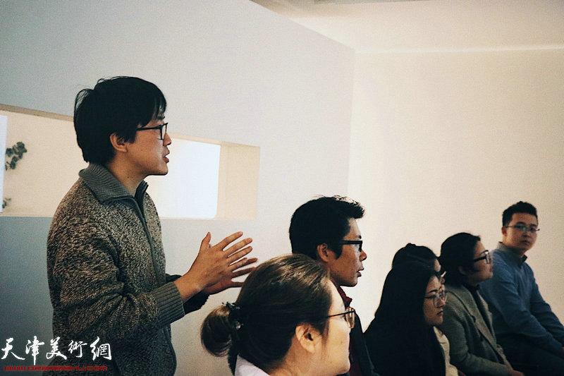 霍春阳老师在讲座中与大家交流互动。