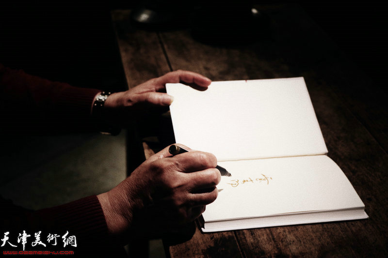 霍春阳老师为听众签名留念。