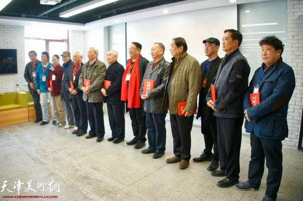 会上向张寿庠、王书朋、马寒松等先生颁发高级顾问的聘书。