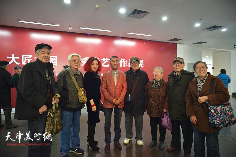 邓国源、边静与嘉宾张万夫、古聿俊、周茂生、寇淑娴、李华在画展现场。
