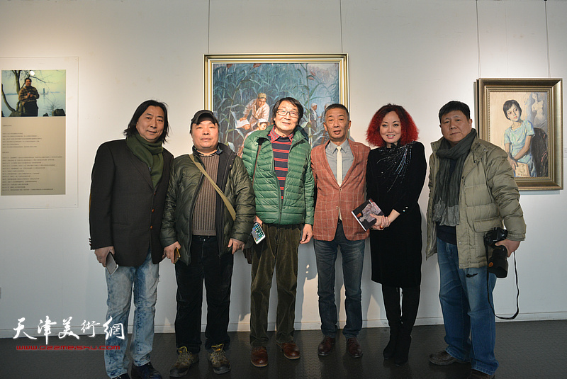 左起:杨亦谦、张文亮、张胜、邓国源、边静、李维立在画展现场。