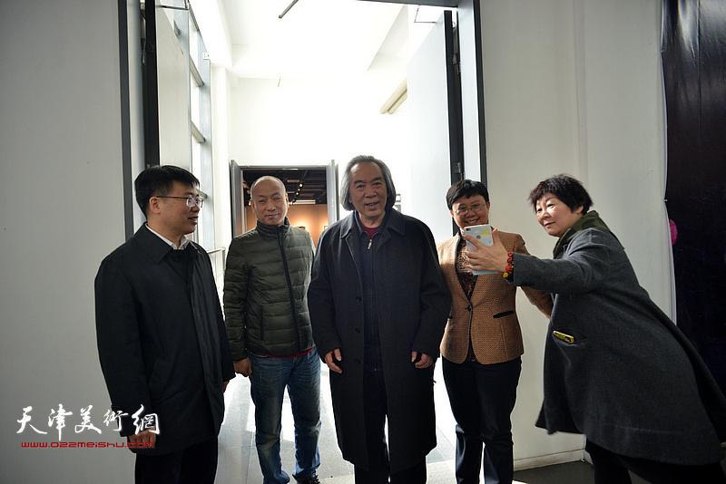 左起:李鑫、潘积成、霍春阳、蒋宗文、胡志红在画展现场。