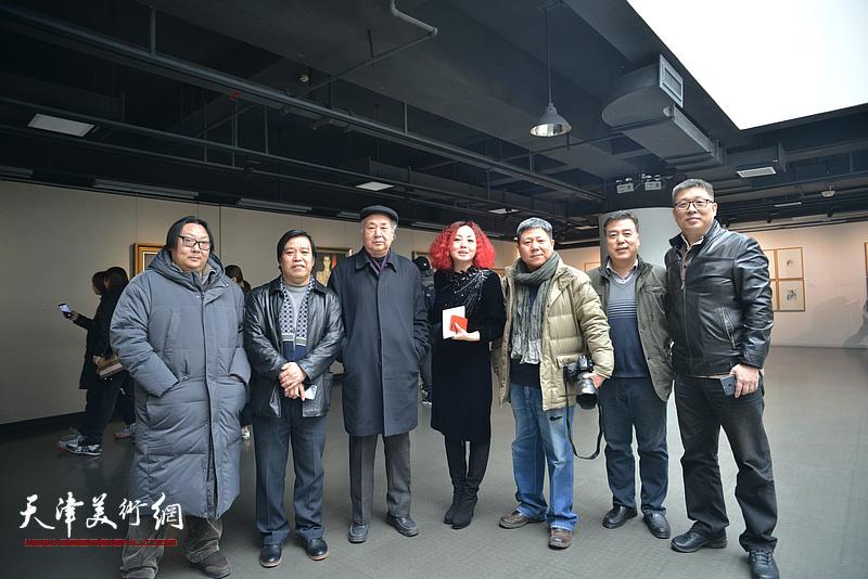 左起:高军、李耀春、王振德、边静、李维立、韩邦乐、李知超在画展现场。