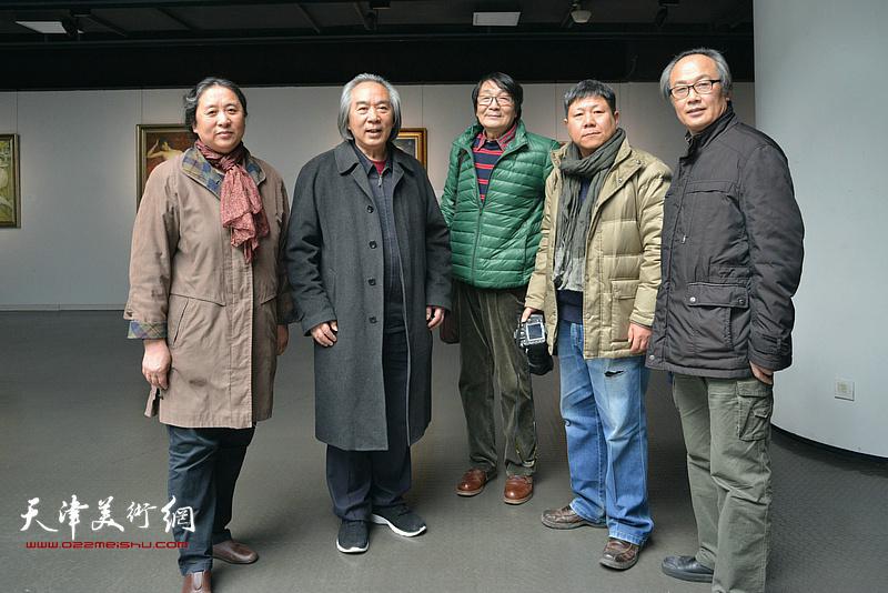左起:郑岱、霍春阳、张胜、李维立、陈福春在画展现场。