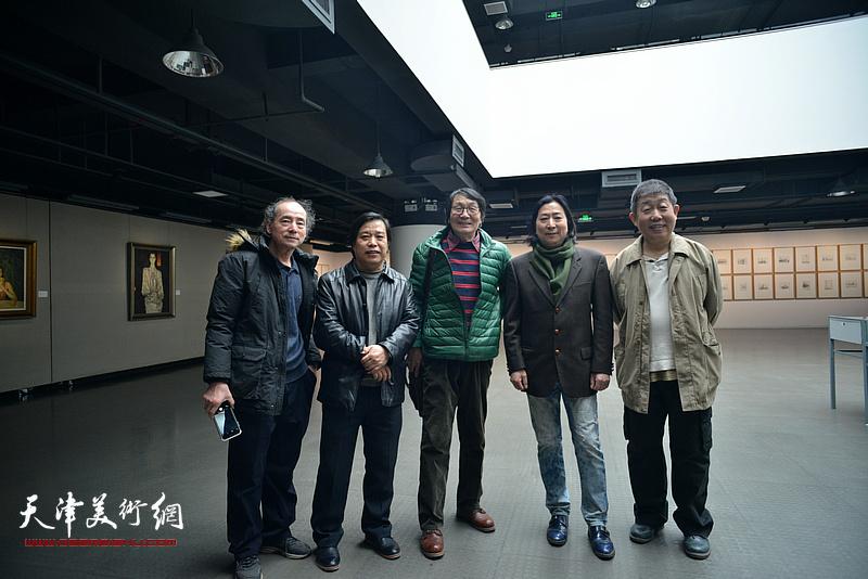 左起:陈世建、李耀春、张胜、杨亦谦、段守虹在画展现场。