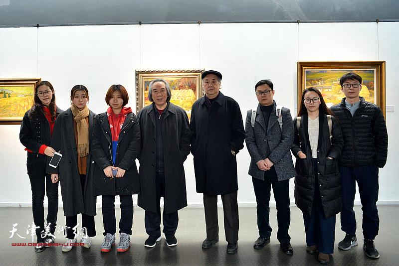 霍春阳、王振德与美院的学生们在画展现场。