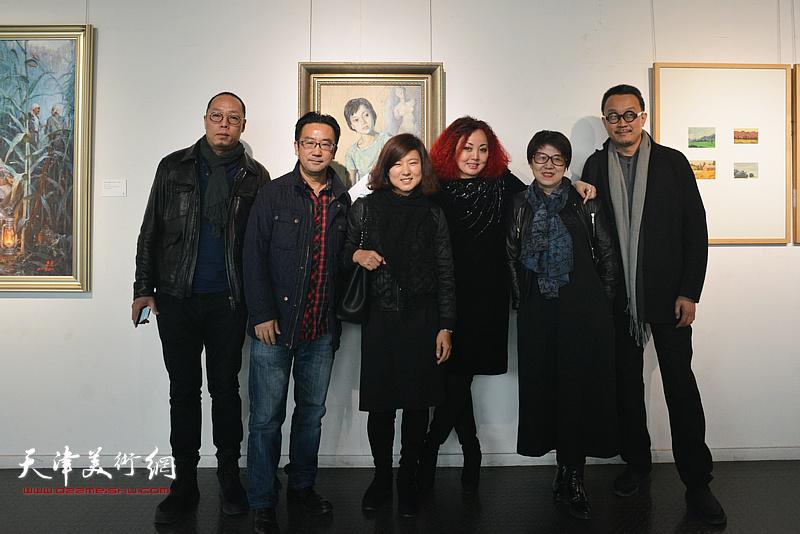 左起:谭勋、李迪、许琪、边静、李璇、梁克刚在画展现场。