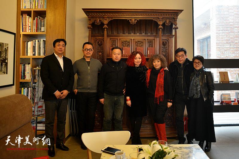 左起:李云飞、梁克刚、安迪杨、边静、赵新立、李天国、李璇在画展现场。