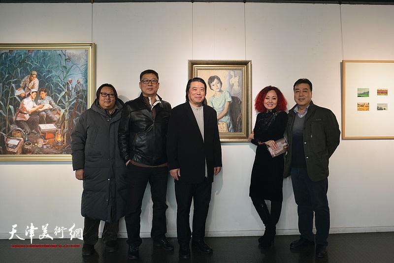 左起:高军、李知超、吕建成、边静、韩邦乐在画展现场。