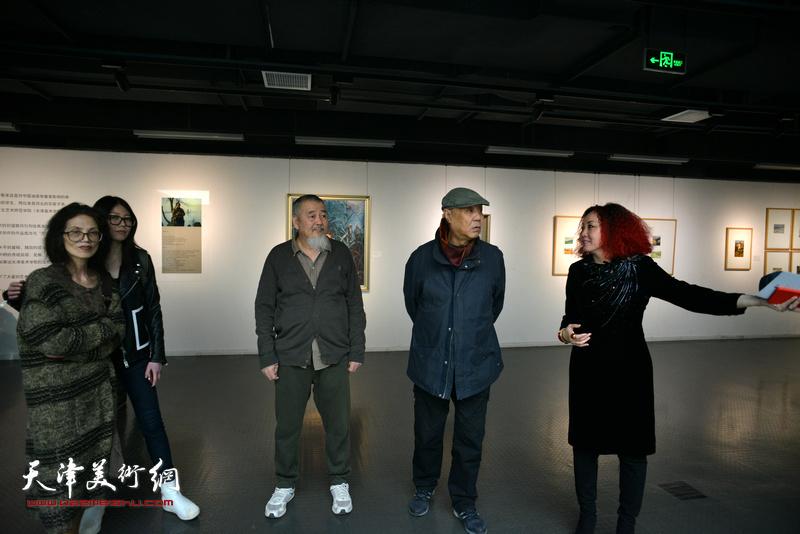 边静与姜陆、姚铁正在画展现场。