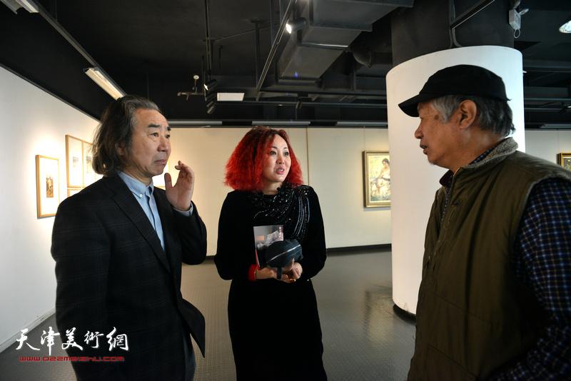 边静与孙建平、王小杰在画展现场。