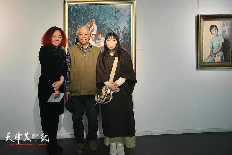边静与孙建平、杨倩在画展现场。