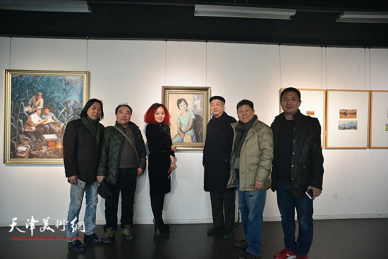 左起:杨亦谦、张文亮、边静、王振德、李维立、杜润国在画展现场。
