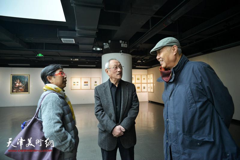 姜陆、张京生、王元珍在画展现场。