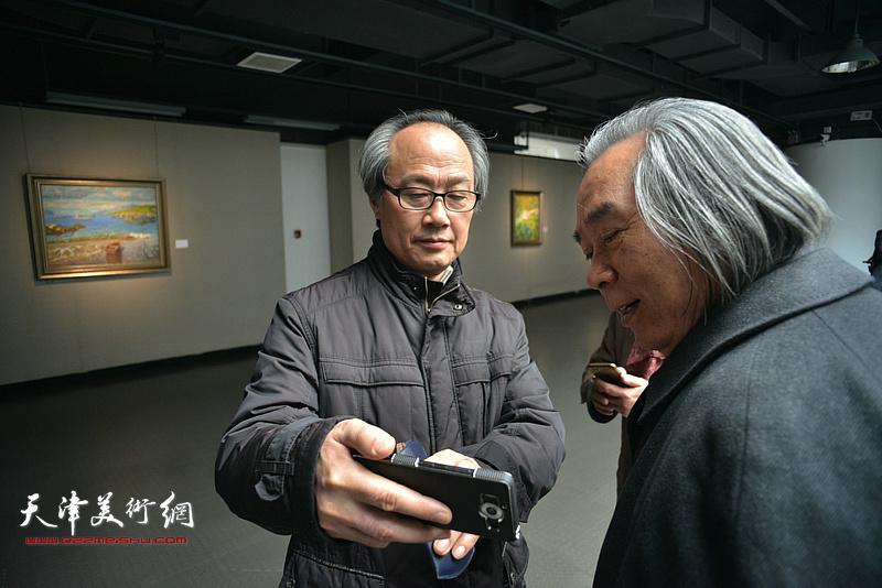 霍春阳、陈福春在画展现场。