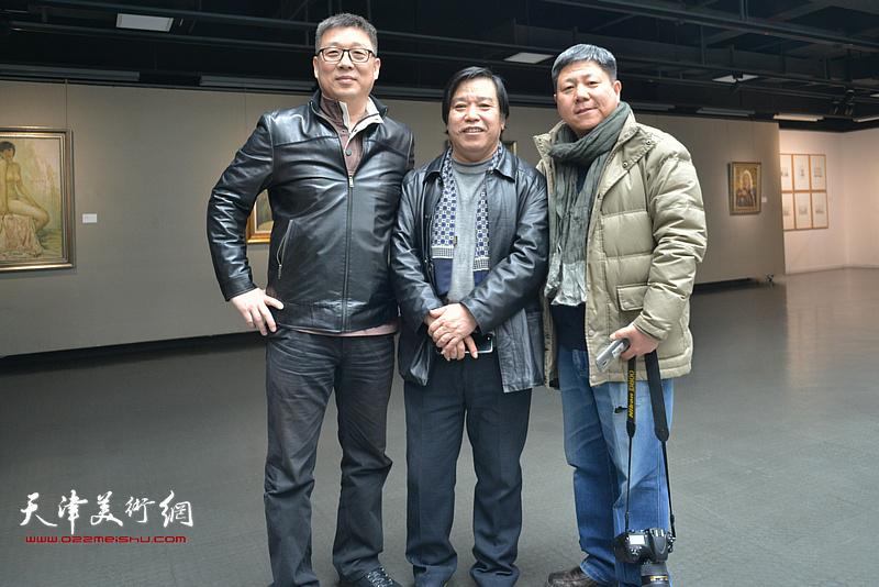 李耀春、李维立、李知超在画展现场。