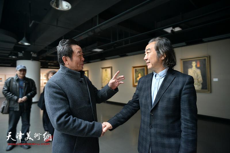 王小杰、吴恩海在画展现场。