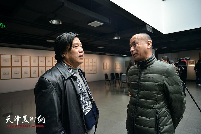 李耀春、潘积成在画展现场。