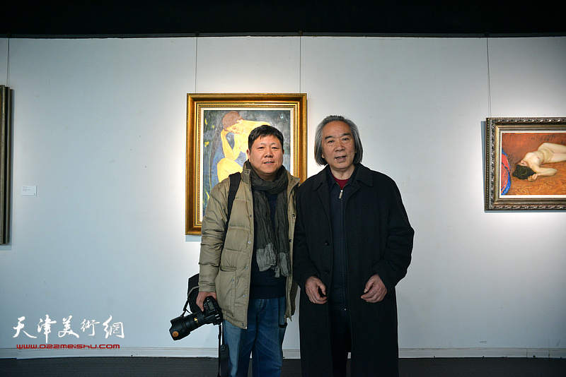 霍春阳、李维立在画展现场。