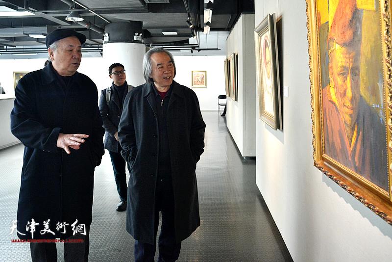 霍春阳、王振德观赏展出的边秉贵艺术作品。